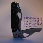 Обои с фотографиями ножей и календарем на апрель 2010 года