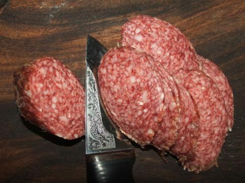 нарезка сырокопченой колбасы