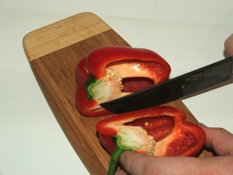 перец режем вначале на половинки