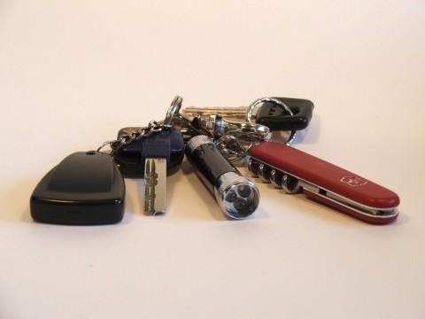 ключи, фонарик, ножик