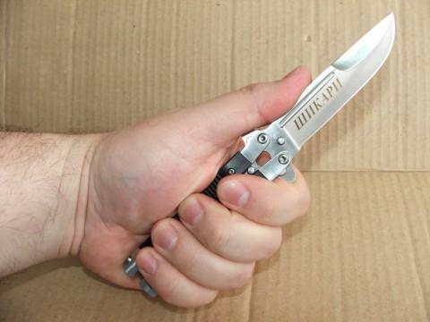 нож Шикари в руке