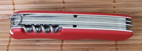 штопор и шило на задней стороне ножа