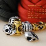 цветной паракорд и металлические бусы с черепами