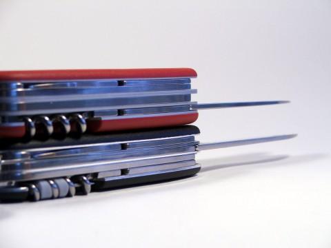 вид на спинки многопредметных ножей разной конструкции