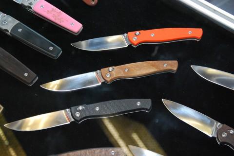 разноцветные накладки на складных ножах
