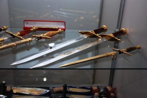 короткие украшенные мечи