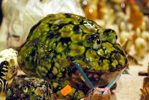 большая зеленая керамическая декоративная жаба
