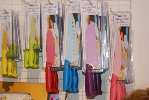 разноцветные кухонные ножи