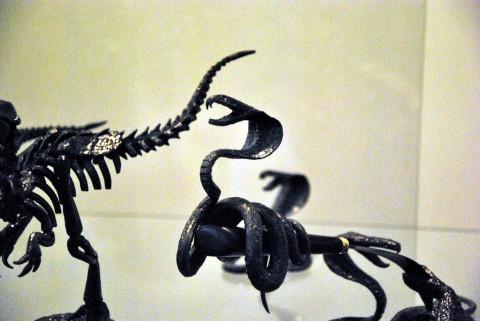 змея качается на клинке