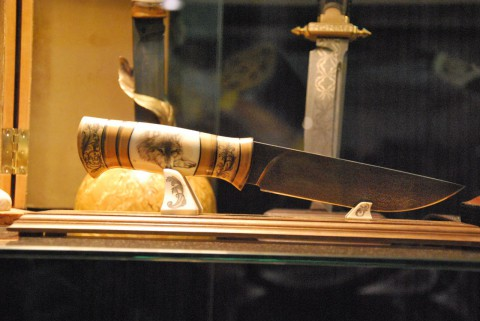 волк на рукоятке ножа