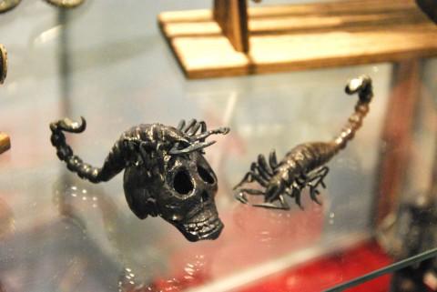 череп и скорпион