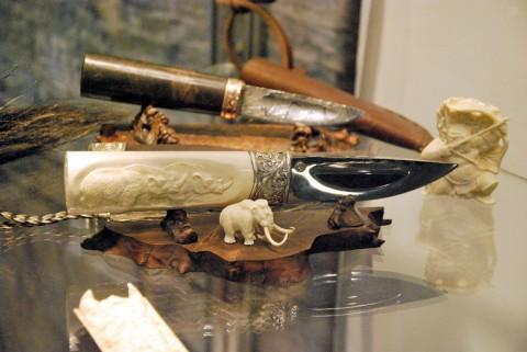 якутский нож и скульптура мамонта
