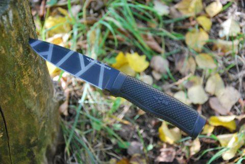 нож в траве