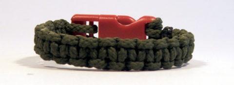плетеный из шнура браслет с застежкой